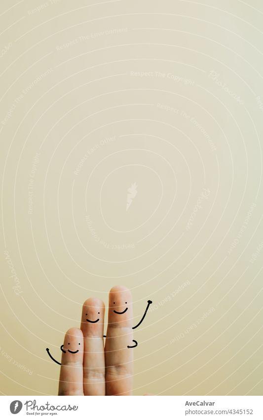 Familie aus drei Fingern über einem pastellgelben Hintergrund mit Kopierraum sehr wenige Rahmen Inserat Werbung Ankündigung Tafel Buch Bücherregal Markenbildung
