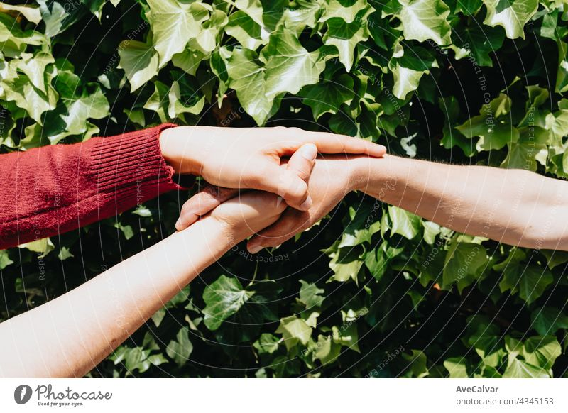 Eine Hand hält die andere Hand im Konzept der psychischen Gesundheit anhänglich Unterstützung Körperpflege Gemeinschaft Freundschaft Geben Großmutter Großeltern