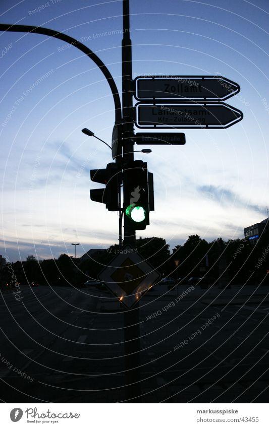 grün...fahr schon los Verkehr Ampel Nacht Sonnenuntergang Lastwagen Motorrad Straße Mischung Himmel Wegweiser PKW