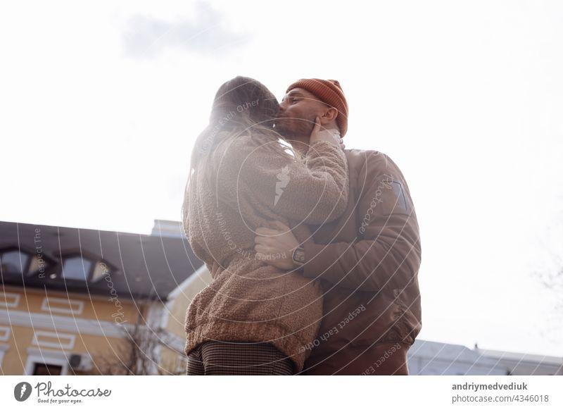 Schöne Tourist Paar in der Liebe zu Fuß auf der Straße zusammen. Happy Young Man And Smiling Woman Walking Around Old Town Streets, Blick auf Architektur. Reise-Konzept.