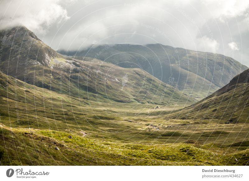 In der Mitte der Highlands Himmel Natur Ferien & Urlaub & Reisen blau grün weiß Pflanze Sommer Landschaft Wolken gelb Berge u. Gebirge Gras Frühling grau Felsen