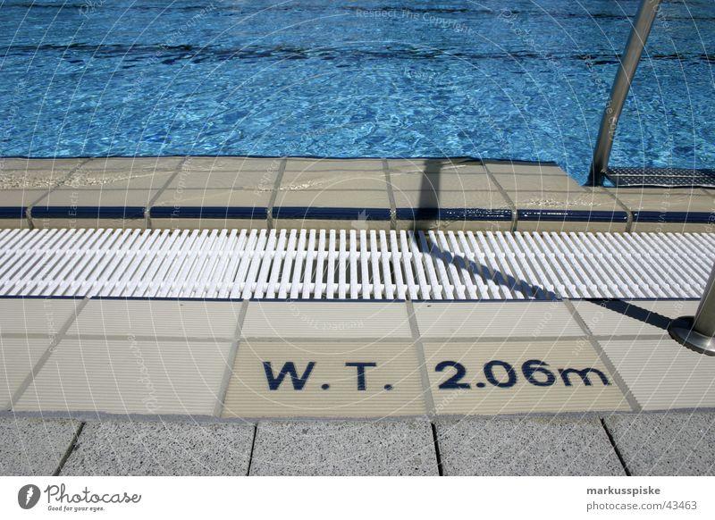 wassertiefe: 2,06m Schwimmbad Bad Beckenrand Einstieg (Leiter ins Wasser) Chlor Chrom springen Sport Abfluss Sonne blau swimming hechten Pflastersteine