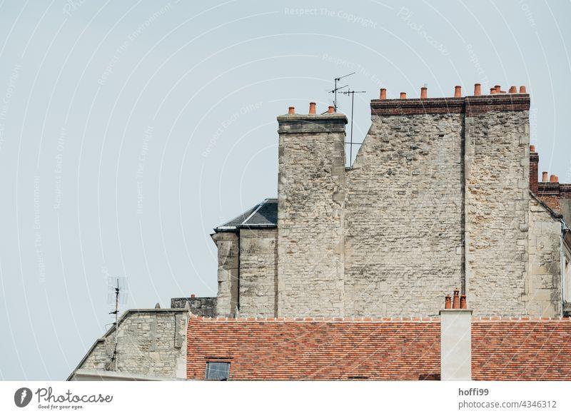 Altstadtfassade mit Antennen Historische Bauten Spuren spurensuche Verfall verfallenes Gebäude historisch Architektur Bauwerk alt Fassade Mauer Wand