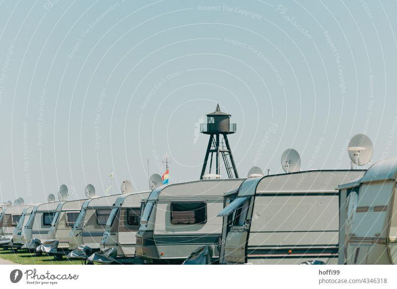 eine Reihe Wohnwagen auf einem Campingplatz Wohnmobil Sommerurlaub Tourismus mobiles Zuhause Mobilität Freiheit Lifestyle retro Erholung Natur Ausflug
