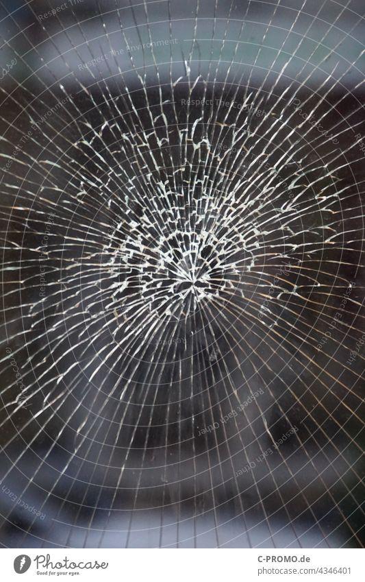 Glasschaden Glasscheibe glasbruch Versicherungsschaden Unfall defekt Schaufenster schaufensterscheibe Fensterscheibe kaputt risse Glassplitter Fußball