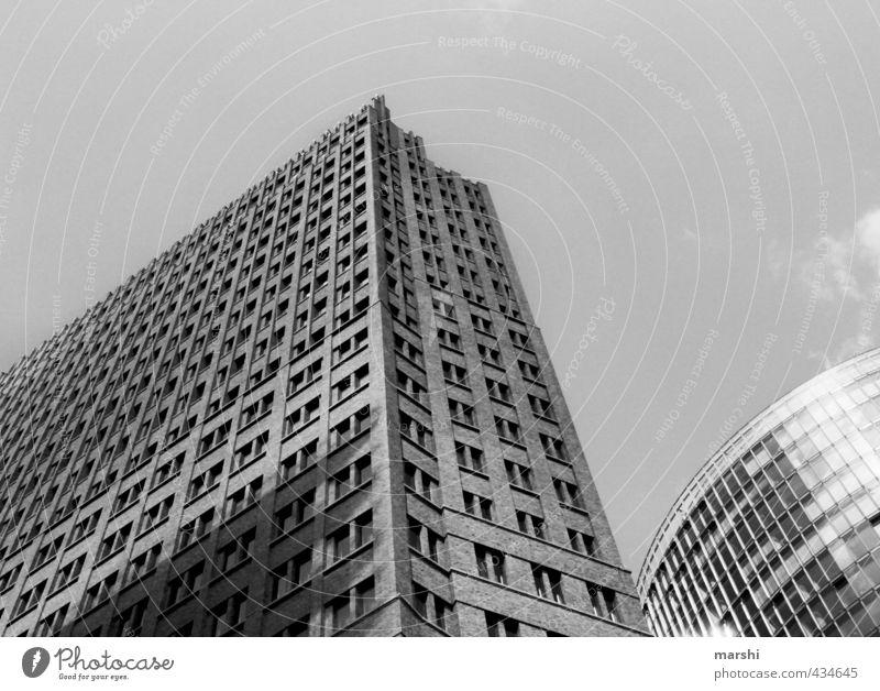 eckig & rund Stadt Hauptstadt Stadtzentrum Skyline Haus Hochhaus Bankgebäude Sehenswürdigkeit hoch Berlin verfaulen Schwarzweißfoto Licht Schatten Bauweise