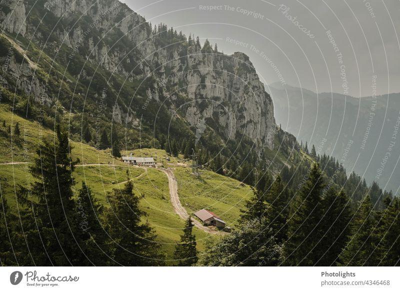Hütten im Gebirge Weg Straße Fels Chiemgau Alpen Einkehr Baum grau grün Berge u. Gebirge Landschaft Außenaufnahme Natur Farbfoto Menschenleer Felsen Gipfel