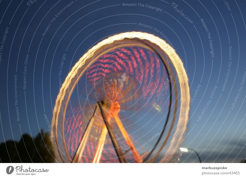 das riesenrad Riesenrad Jahrmarkt Nacht Licht Langzeitbelichtung mehrfarbig Dämmerung Geschwindigkeit drehen Freizeit & Hobby kirchweih Himmel blau Farbe