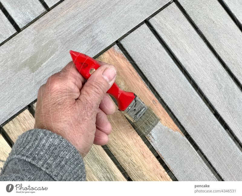 gezeichnet & gemalt | mach ich mit links Hand Pinsel anmalen Farbe grau Lasur Holztisch neu Linkshänder nachhaltig abschleifen Tisch Tischplatte Gartentisch