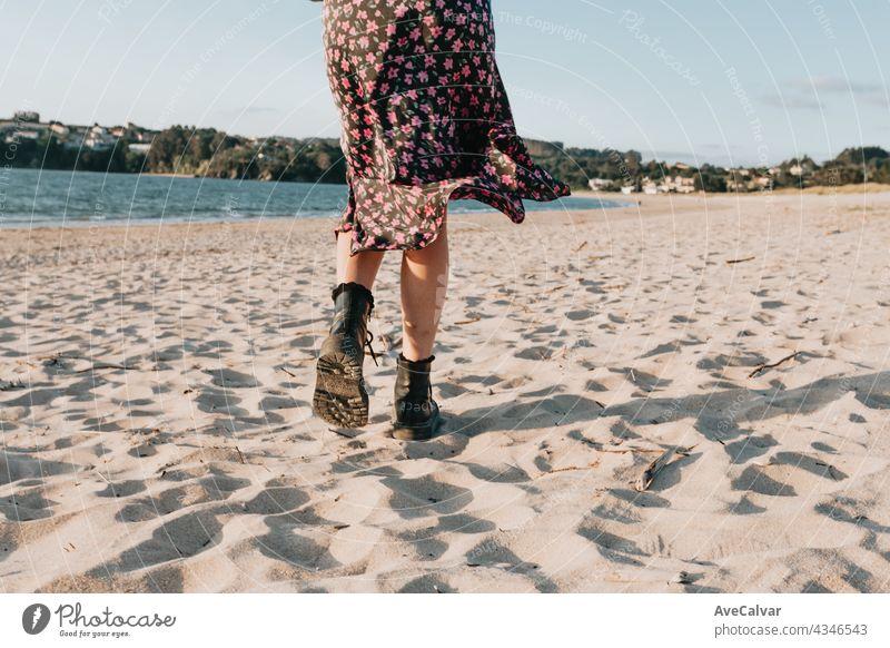 Zurück Schuss einer Frau zu Fuß am Strand während eines sonnigen Tages mit einem Rock, Kopie Raum, Sommer-Konzept laufen Sand sorgenfrei tragen erotisch Fitness