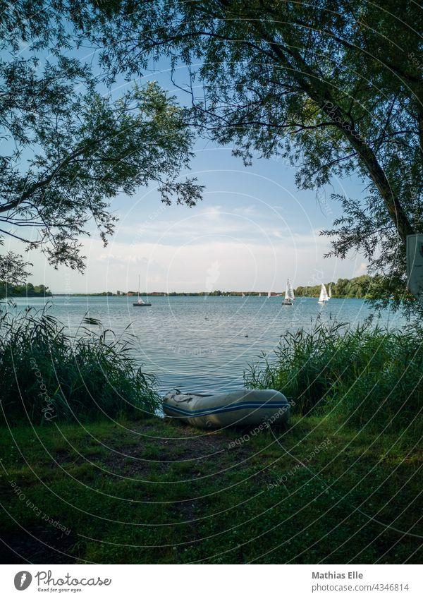 Schlauchboot an einem See Boot Boote Gummiboot Luft Wiese bootfahren bootstour Bootsfahrt Seeufer Wellen Kiesgrube Erfurt Naherholungsgebiet Freiheit freizeit