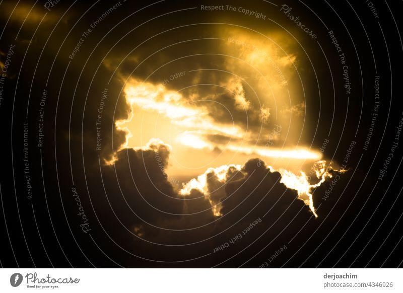 Großes Kino. Himmelsspektakel mit  angerissenen dunklen Wolken, und in der Mitte durchtrinkt der Sonnenschein das ganze. Natur Sonnenstrahlen Beleuchtung Sommer