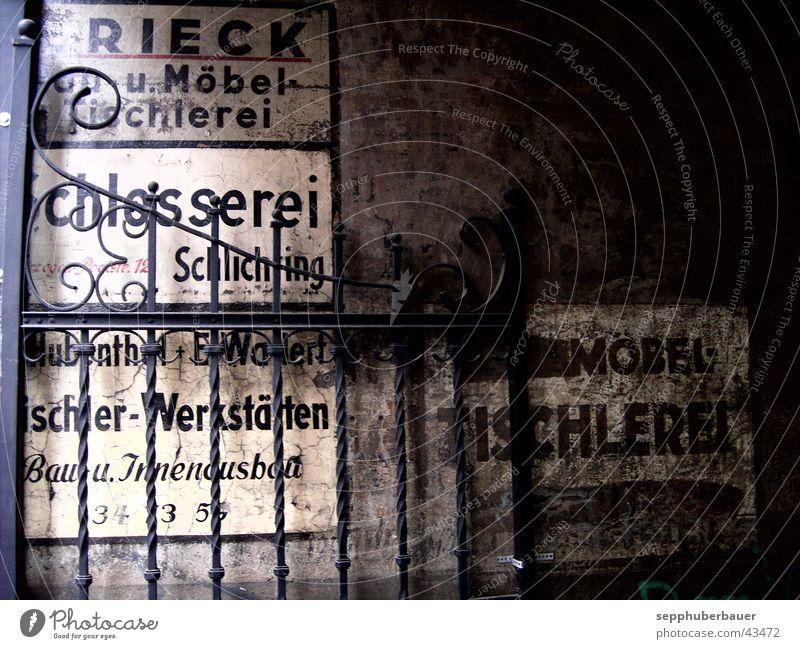 eingang Handwerk Schilder & Markierungen Beschriftung Eingangstor historisch grau Architektur Hausbemalung Eisengitter