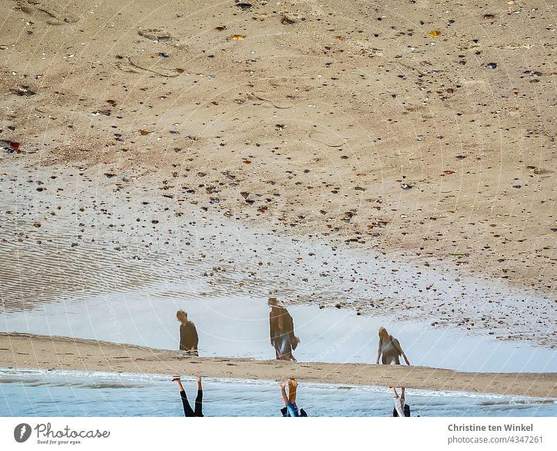 Zwischenräume   Strandspaziergang mit Abstand und Spiegelung in einer Pfütze Meer Sandstrand Nordsee Nordseeinsel Küste Erholung erholsam schönes Wetter Wasser