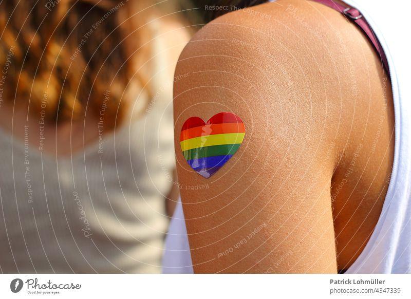 Regenbogenherzchen frau körper csd haut lgbt regenbogen liebe regenbogenherz toleranz andersartig regenbogenfarben bunt detail detailaufnahme arm weiblich