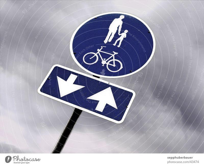 radweg blau Wolken Wege & Pfade grau Fahrrad Schilder & Markierungen Verkehr Pfeil graphisch Gewitterwolken Verkehrsschild Verkehrszeichen Fahrradweg