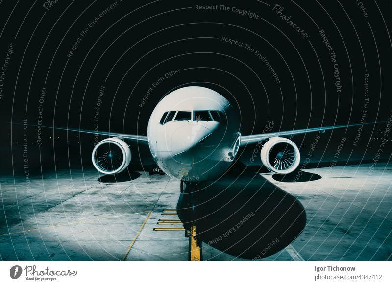 Airliner Flugzeug geparkt am Terminal Blick aus dem vorderen Cockpit Rumpf, auf der Landebahn in der Nacht Verkehrsflugzeug Ansicht Vorderseite Düsenflugzeug