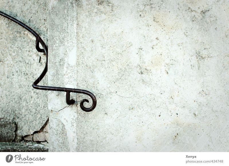 Textfreiraum Treppe Treppengeländer grau schwarz Traurigkeit Trauer Einsamkeit Wand geschwungen Geländer Gedeckte Farben Außenaufnahme Menschenleer