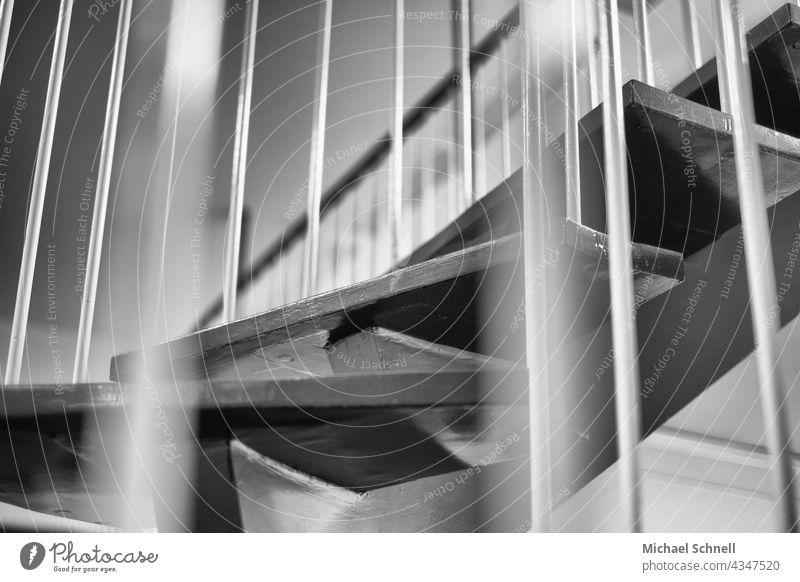 Wendeltreppe Treppe Architektur Geländer Treppengeländer Spirale Innenaufnahme aufsteigen Menschenleer aufwärts abwärts Karriere Niveau