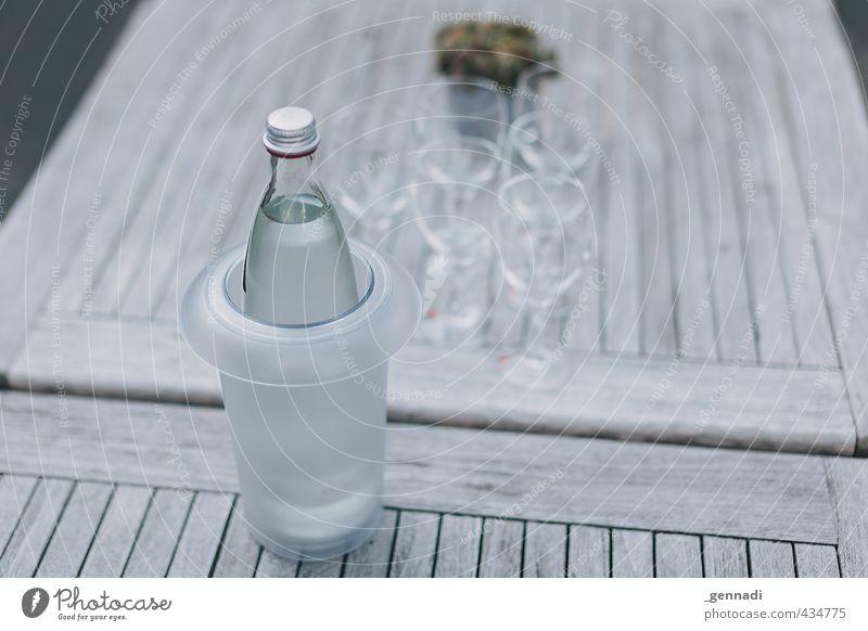 Klares Wasser Getränk Erfrischungsgetränk Tisch Glas natürlich Klarheit Sauberkeit Flasche Kübel diagonal voll Mineralwasser Gesundheit Fitness Farbfoto