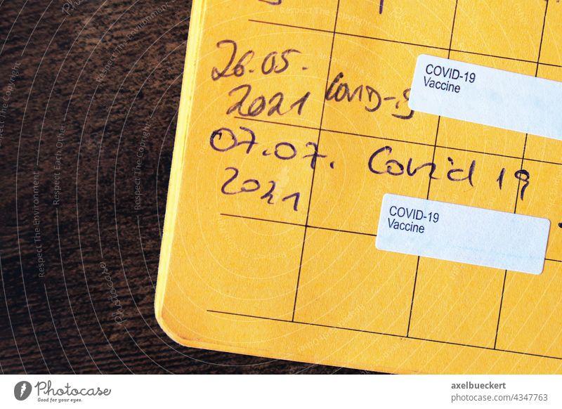 vollständig geimpft mit Nachweis von zwei Covid-19-Impfungen im gelben Impfausweis Corona COVID-19 impfpass Impfschutz Immunität immun Impfstoff Urkunde Beweis