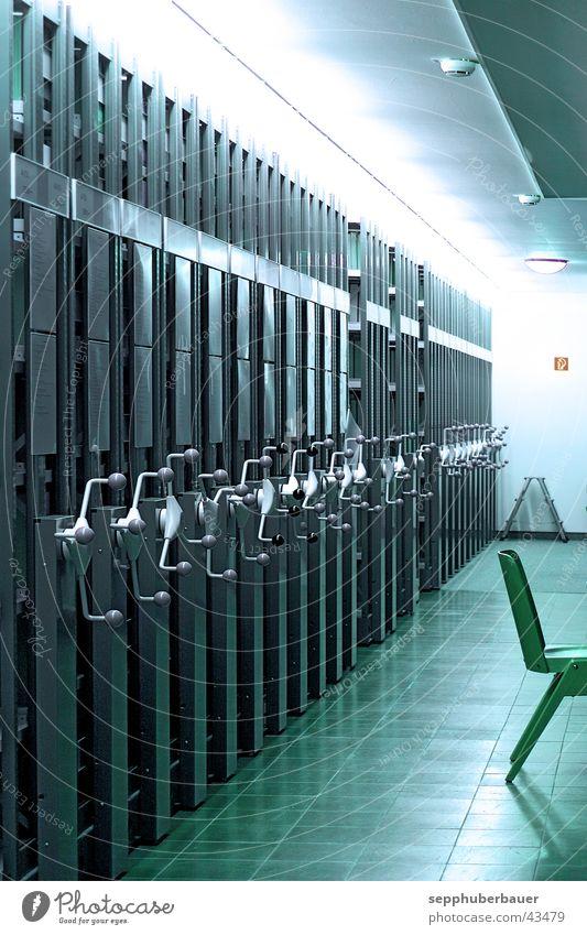 feuerlöscherschild rechts hinten grün Buch Wissenschaften Sammlung Bibliothek