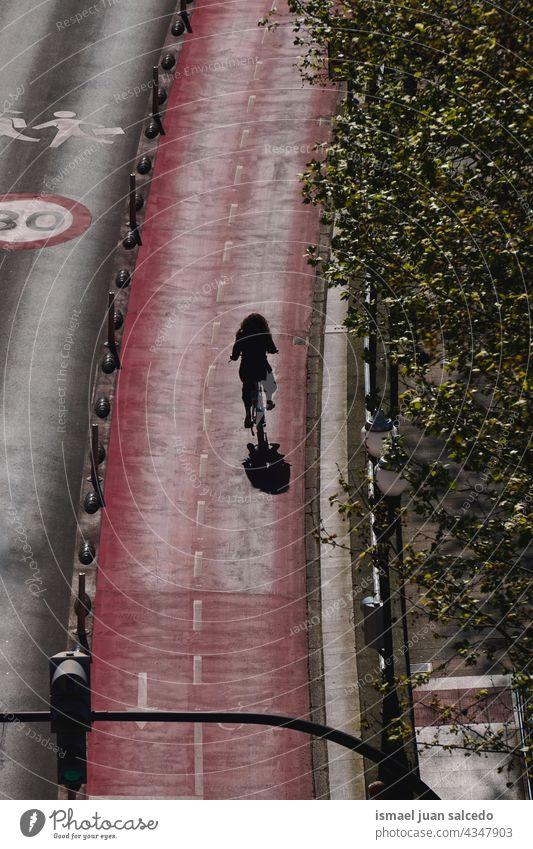 Radfahrer auf der Straße, Verkehrsmittel Frau eine Person Erwachsener Biker Fahrrad Transport Sport Fahrradfahren Radfahren Übung Aktivität Lifestyle