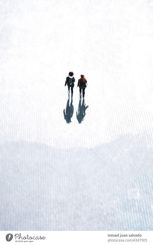 Unscharfes Paar beim Spaziergang auf der Straße in Bilbao, Spanien Person Menschen Fußgänger Unschärfe verschwommen defokussiert Bewegung Bewegungsunschärfe