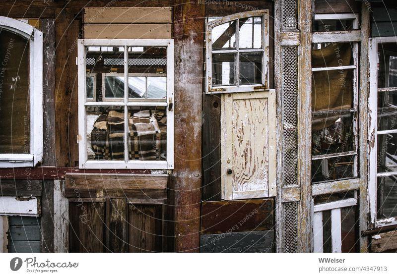 Einblick in ein altes Hausboot, wo die Bettdecke auf das Design des Bootes abgestimmt ist Holzbau zusammengebaut Fenster Eigenbau Zimmer Interieur Ausstattung