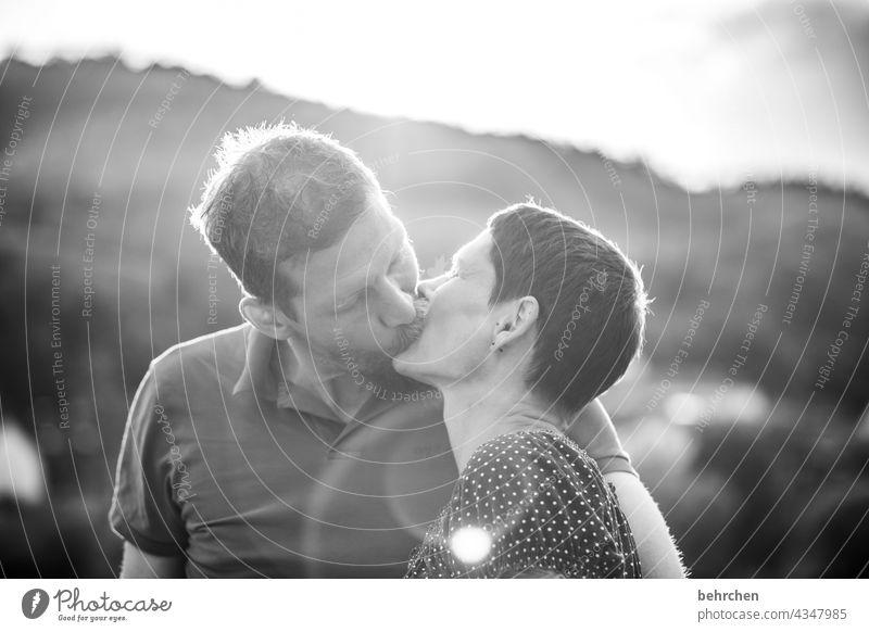 :-* liebevoll Zärtlichkeiten Küssen zärtlich Berührung sanft Leidenschaft Sexualität Lächeln zufrieden Glück glücklich Paar Porträt Licht Tag Ehepaar Liebespaar
