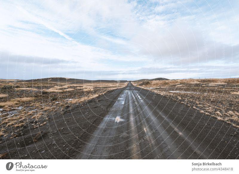 Schotterpiste in Island isländisch Piste Straße Schlamm Landschaft Horizont Weite Ebene Natur Außenaufnahme Ferien & Urlaub & Reisen Farbfoto Menschenleer