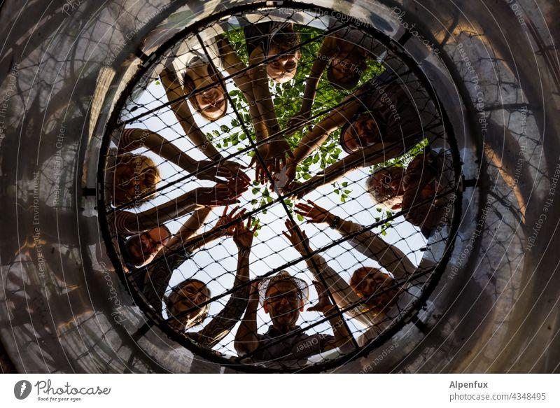 Gemeinsam in die Röhre schauen   Parktour HH 21 Gruppe Gruppenfoto Außenaufnahme gemeinsam Menschengruppe Himmel Farbfoto zusammen Zusammensein Brunnen Gitter