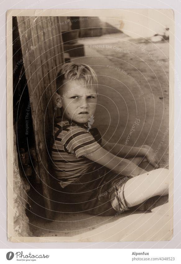 ! Junge Kind Kindheit Mensch 3-8 Jahre Außenaufnahme Blick Blick in die Kamera Porträt maskulin bub Ernsthaftigkeit ernster Blick Gesicht blond verärgert