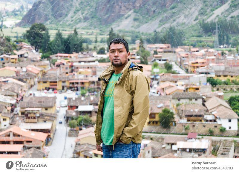 Tourist beim Betrachten der Stadt mit Panoramablick in Ollantaytambo ist eine Stadt im Heiligen Tal von Peru, die südlich am Fluss Urubamba liegt und von schneebedeckten Bergen umgeben ist.