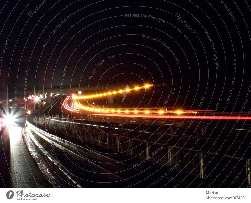 Autobahndekoration Nacht Lichterkette Verkehrsstau Langzeitbelichtung dunkel