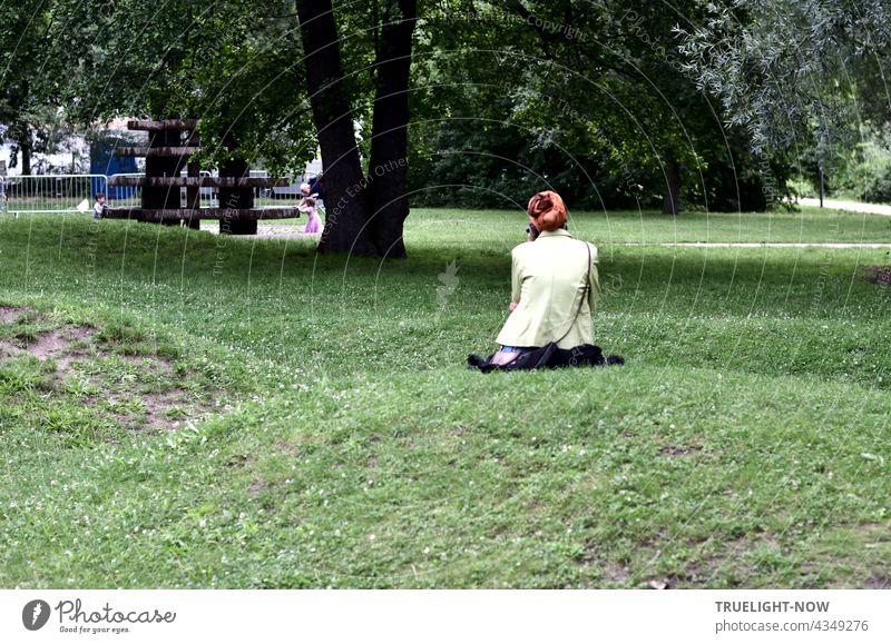 Sie sitzt ganz allein. Die Menschen sind gegangen. Im Park dämmert's schon. Garten Gartenlandschaft Freundschaftsinsel Potsdam nicht erkennbare Person Stille