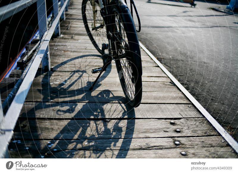 Fahrradparken in der Nebenstraße Straße Großstadt Sport reisen Verkehr Person Rad Mitfahrgelegenheit Transport Fahrzeug urban Lifestyle Zyklus Rahmen Gesundheit