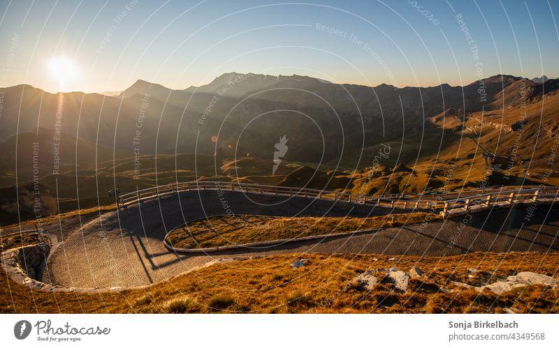 Hohe Tauern Nationalpark, Blick von der Edelweißspitze die Auffahrt hinunter Österreich Großglockner Hochalpenstraße Landschaft Herbst Natur Alpen