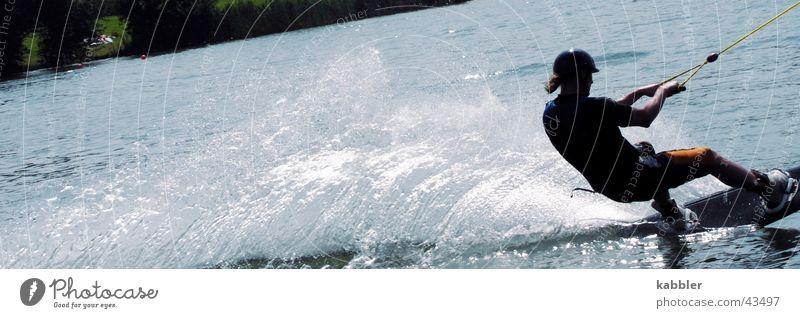 Wasserski Sport Wellen nass Geschwindigkeit Seil Holzbrett ziehen spritzen Neopren