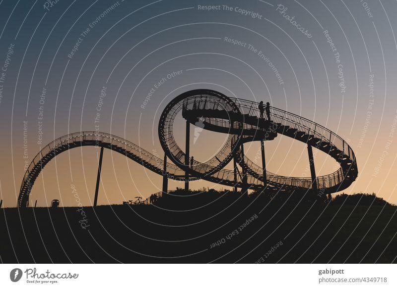 Schleifen drehen (nur für Schwindelfreie) Achterbahn Freizeit & Hobby mehrfarbig Außenaufnahme Himmel blau Textfreiraum oben Freude Sonne Sonnenuntergang Sommer