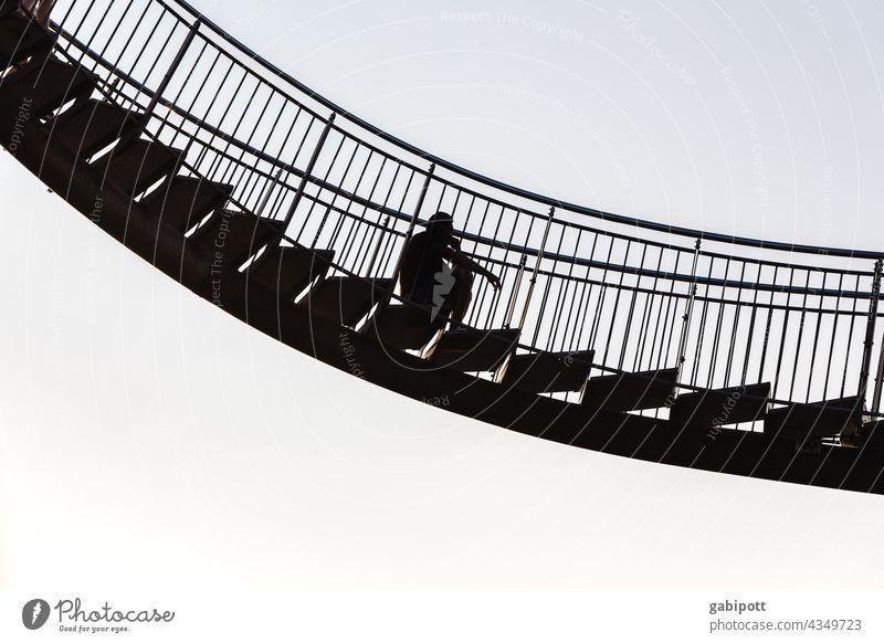 Mann auf schwebender Treppe Außenaufnahme Himmel Textfreiraum oben Freiheit Wolkenloser Himmel Tiger and Turtle schwindelfrei Höhenangst Skulptur Architektur