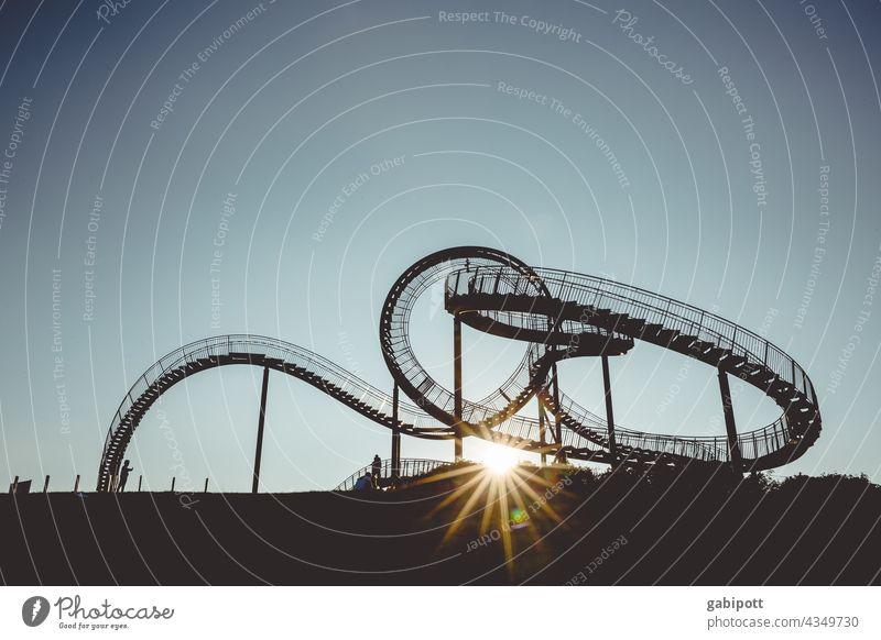 Das ewige Auf und Ab (nur für Schwindelfreie) Achterbahn Freizeit & Hobby mehrfarbig Außenaufnahme Himmel blau Textfreiraum oben Freude Sonne Sonnenuntergang