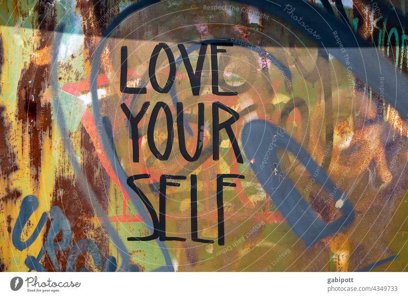 LOVE YOUR SELF – Graffiti an Wand - gezeichnet und gemalt Hauswand Schriftzeichen Fassade Schmiererei Text Typographie Wort Buchstaben Straßenkunst Jugendkultur
