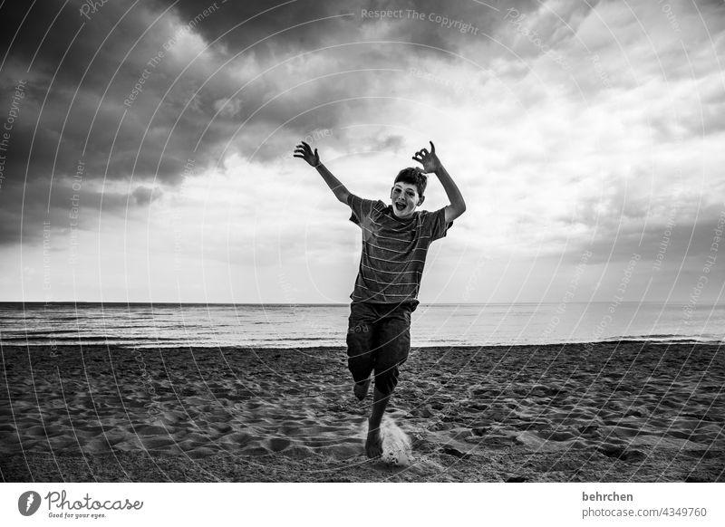 hoch die hände, wochenende!! dramatisch Usedom Schwarzweißfoto Freiheit weite Fernweh Himmel Wolken Natur Wellen Wasser Sehnsucht Meer Strand Ostsee Landschaft