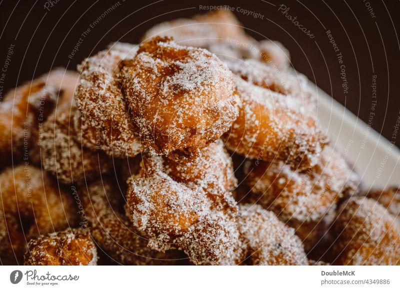 Pfannkuchen | Quarkbällchen | Prilleken | Krapfen | Karnevallsgebäck auf einem Teller gestapelt süß lecker Lebensmittel Dessert Ernährung Farbfoto Süßwaren