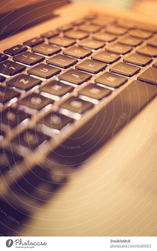 Laptop-Tastatur mit geringer Tiefenschärfe und Farbeffekt Unschärfe geringe Tiefenschärfe Nahaufnahme Menschenleer Arbeit & Erwerbstätigkeit Computer-Tastatur