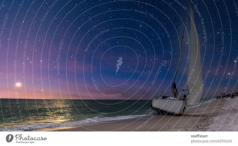Nachthimmel über einem Schiffswrack an der Küste des Clam Pass in Neapel Schiffbruch Segelboot Boot Küstenstreifen Küstenlinie Strand Landschaft Natur