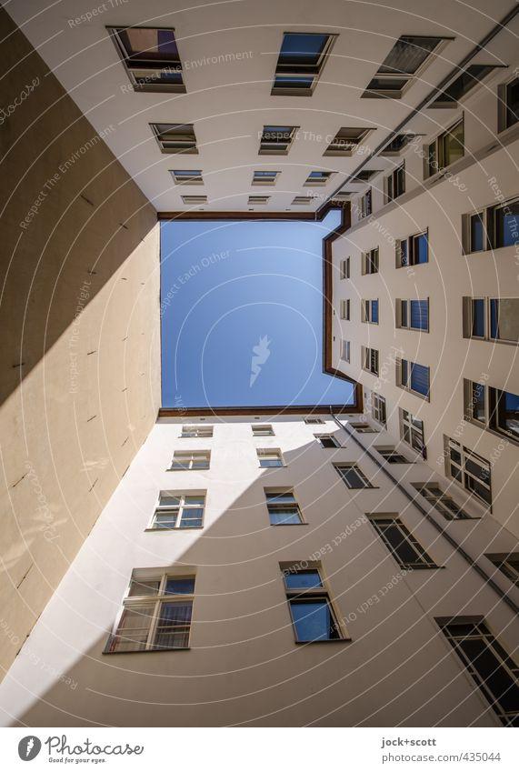 Sonnenhof Hinterhof Wolkenloser Himmel Stadthaus Fassade Fenster Brandmauer lang trist Symmetrie diagonal schmucklos Sonnenstand abstrakt Strukturen & Formen
