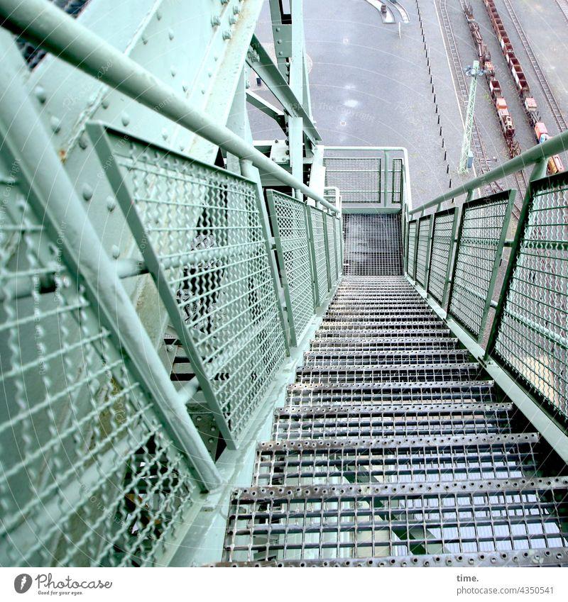 Kunst der Stufe metall turm gerüst treppe hoch tief geländer treppengeländer eisenbahnschienen waggons perspektive flucht bauwerk architektur förderturm