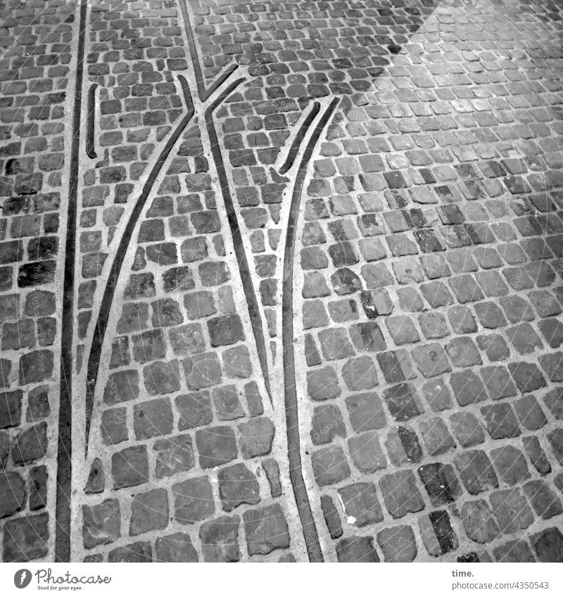 Ende Gelände Schienenende schienen bahn spur stein pflasterstein eisen weiche verlegt parallel linie boden bodenbelag oberfläche gleis historisch verfüllt